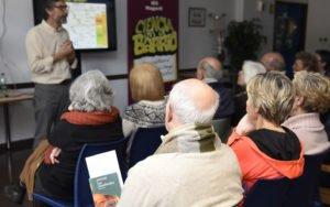 Adolescentes y mayores se dan cita en un club de lectura sobre los neandertales